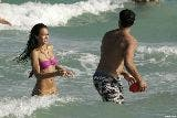 1375_01285_Jessica_Alba_playing_football_on_the_ocean_with_some_friends_Jan__01_050_123_891lo.jpg