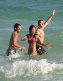 1952_01307_Jessica_Alba_playing_football_on_the_ocean_with_some_friends_Jan__01_060_123_101lo.jpg