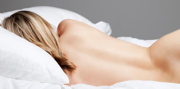 Абсолютно голая спит аналог
