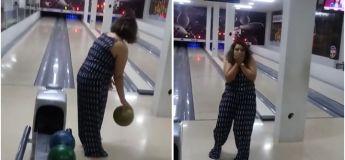 Une femme casse une TV en lançant sa boule de bowling