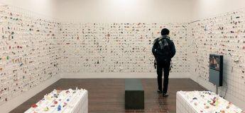 Un japonais a exposé sa collection de sculptures faites en papier de manches de baguettes à Tokyo