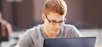 Les jeunes préfèrent pirater des ordinateurs de nos jours plutôt que de fumer ou avoir des rapports sexuels