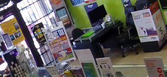 VIDEO : cet homme reste enfermé à l'intérieur d'un magasin qu'il braquait