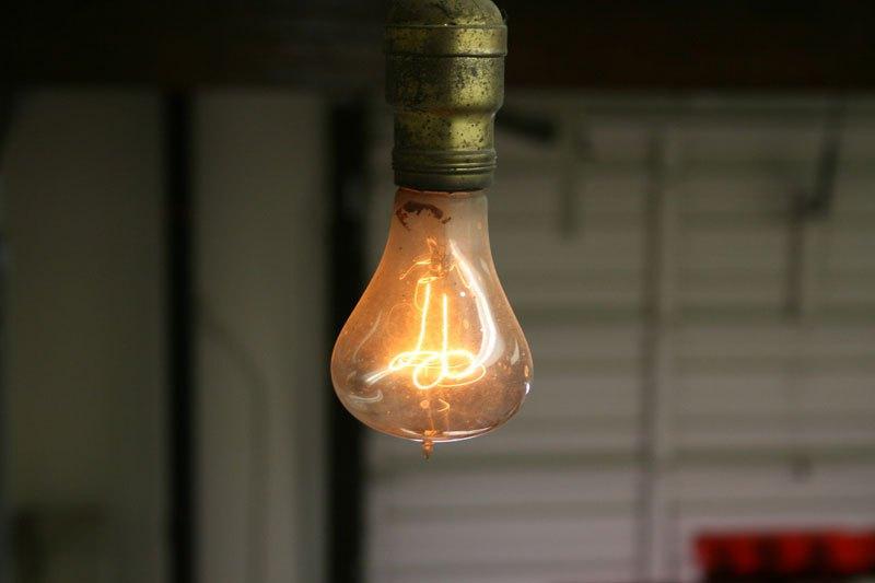enqu te sur l ampoule la plus vieille du monde accus e de. Black Bedroom Furniture Sets. Home Design Ideas
