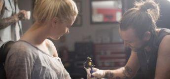 Elle s'offre un tatouage chinois en hommage à sa maman, et découvre qu'il ne signifie pas ce qu'elle pensait !