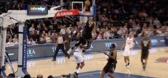 Giannis Antetokounmpo dunke en passant par dessus un autre joueur NBA