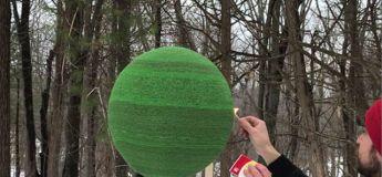 Un homme allume une sphère construite en 10 mois avec 42000 allumettes