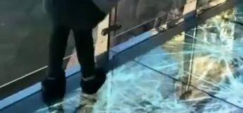 En Chine, ce pont de verre joue une mauvaise blague aux piétons
