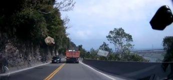 Un conducteur évite de justesse une chute de rocher sur cette route de montagne