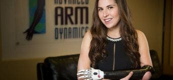 La mésaventure d'une femme bionique qui n'a pas trouvé de prise de courant pour charger son bras
