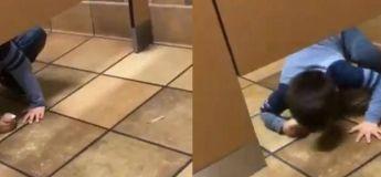 Quand un petit garçon rampe dans une cabine de toilette pour demander de l'aide
