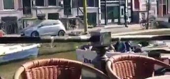 Ces supporters anglais jettent leurs bières sur des passants en bateau à Amsterdam