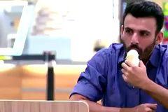 Cet homme mange sa glace en draguant les autres clients, mais ne ratez pas la fin !