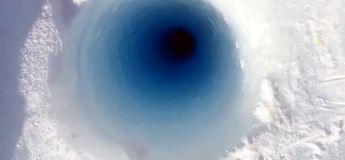 Il creuse un trou de près de 100 mètres dans la glace et écoutez ce qu'il se passe ensuite !