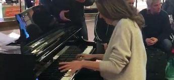 Son avion a du retard, elle joue du piano et se fait interpeller par un chanteur lyrique, la suite est magique