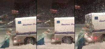 La Reine des neiges est un travesti et elle libère toute seule une voiture de police