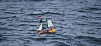 Un navire Playmobil navigue sur la mer depuis un an