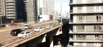 Elle tente de se suicider en sautant du pont après un accident sur l'autoroute à Toronto
