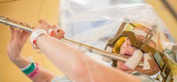 Une patiente joue de la flûte durant une opération à cerveau ouvert