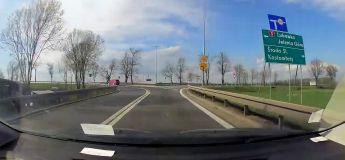 Un motard grille une priorité et se prend une voiture de plein fouet
