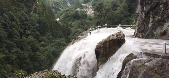 Une chute d'eau très périlleuse au Népal