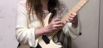 Elle reprend à merveille Chopin avec sa guitare électrique, et ça envoie !