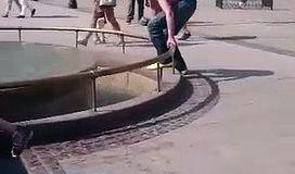Ivre, il tente de se rafraîchir dans cette fontaine