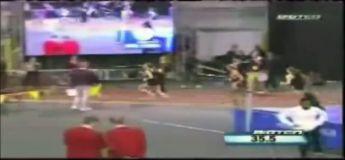 La volonté de cette coureuse qui chute lourdement au 400m mais qui la remporte au finish