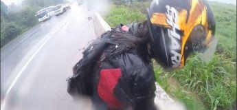 Le réflexe de ce motard sauvant sa femme d'une chute sur chaussée mouillée