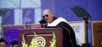 Michael Keaton termine son speech à l'université de Kent State de la meilleure des façons