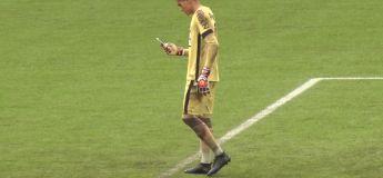 Un gardien de but brésilien sort de sa poche son smartphone en match