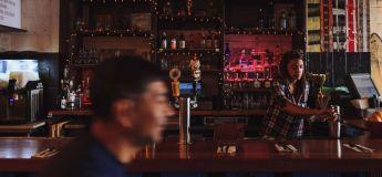 Une photo d'Alexandria Ocasio-Cortez en barmaid crée le buzz sur les réseaux sociaux