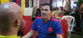 Beau geste : un supporter Colombien aide son ami aveugle à suivre les matchs dans un bar