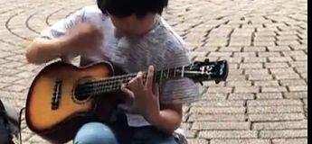 Ce gamin joue à la perfection ce titre au Ukulele dans les rues de Taipei