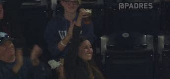 Cette femme nous montre qu'elle est la meilleure fan de baseball