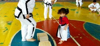 Cute : cette petite fille qui n'arrive pas à casser la planchette au Karaté