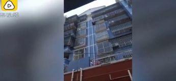Un Chinois sauve un bébé pendu à son balcon en escaladant un immeuble
