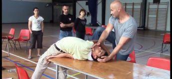 Un jeune homme qui prend cher durant ce cour de self defense