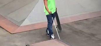 Une personne aveugle réalise un 50/50 en skateboard
