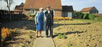 Un couple de personnes âgées a pris la même photo touchante à la même saison pendant 12 ans