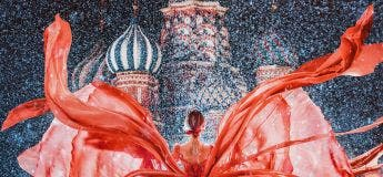 Kristina Makeeva se photographie habillée de robes assorties au paysage