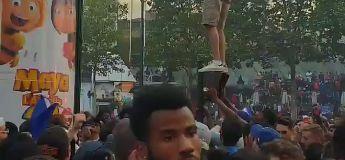 Ce supporter qui veut grimper sur la colonne Morris est l'image la plus marrante #championdumonde2018