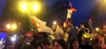 Ces supporters de l'Algérie brandissent leur drapeau et se font agresser à Paris