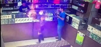 Le bureau de tabac part en flammes après l'explosion du briquet d'un client