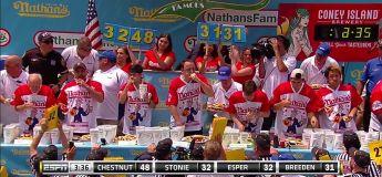 Joey Chestnut avale 74 hot dogs en 10 minutes (nouveau record)