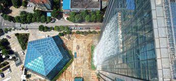 Une tour de 108 mètres de haut ornée d'une cascade géante