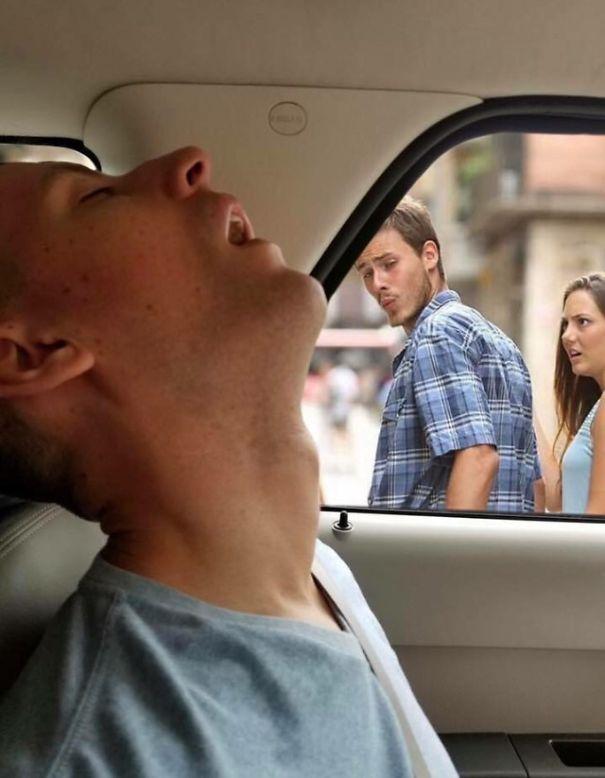 Les montages d'un mec endormi par Internet à la demande de sa copine