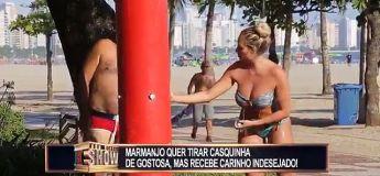 Prank au Brésil : il croit que cette femme lui lave le dos à la plage