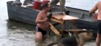Quand des Russes se chargent… de décharger des bouteilles d'un camion sur un bateau
