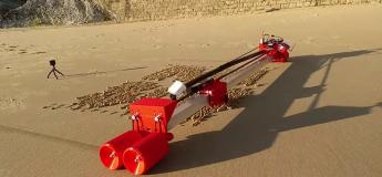 Un ingénieur crée un robot transformant une plage en bloc note géant